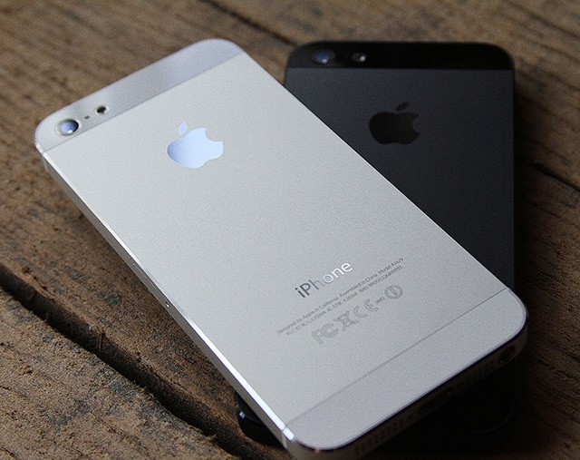 iPhone 5 Branco costas e iPhone 5 preto costas